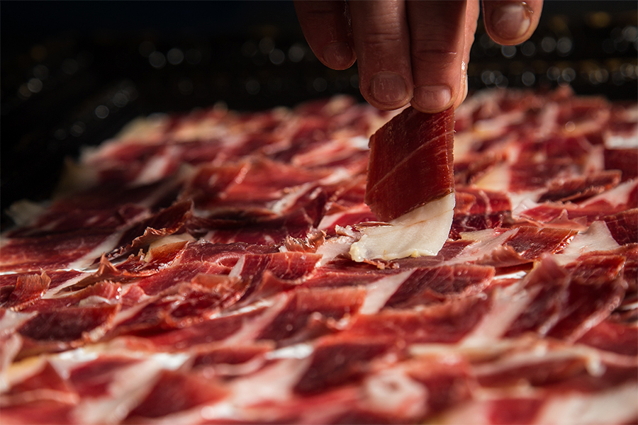 At Josep Llorens we would like to offer you some tips to choose the best Iberian ham for Christmas